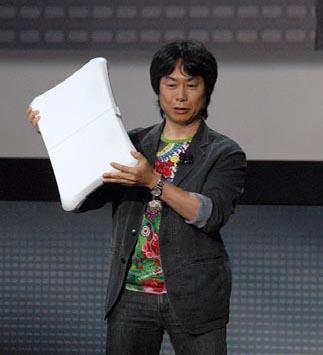 Miyamoto apresentando o Wii Balance Board, em 2007.