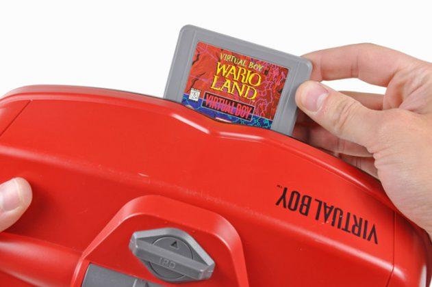 Cartucho do Virtual Boy no slot.