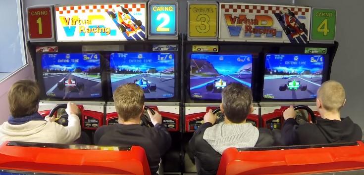 Arcade Virtua Racing no modo de quatro jogadores.